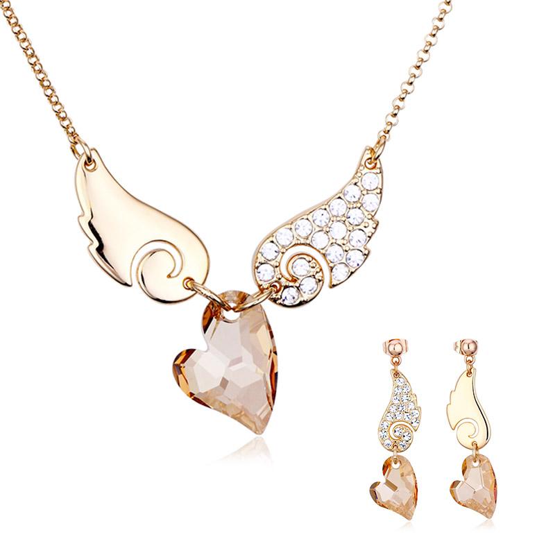 5462ee8a5645 Hermoso Juego de Collar y Aretes de Corazón color Champagne